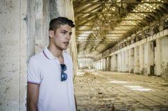 Hombre joven atractivo en almacén abandonado, vacío Fotografía de archivo