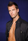 Hombre joven atractivo en camisa negra imagenes de archivo