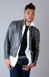 Hombre joven atractivo en la chaqueta de cuero Foto de archivo libre de regalías