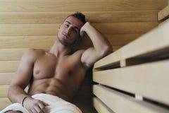 Hombre joven atractivo en sauna Imagen de archivo libre de regalías