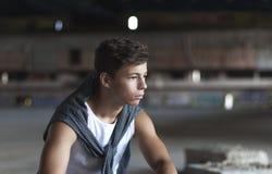 Hombre joven atractivo en un edificio viejo Imagen de archivo