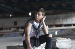 Hombre joven atractivo en un edificio viejo Fotos de archivo