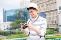 Hombre joven atractivo, estudiante o sonrisas y risas independientes del fotógrafo en cámara imagen de archivo libre de regalías