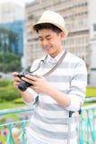 Hombre joven atractivo, estudiante o sonrisas y risas independientes del fotógrafo en cámara imágenes de archivo libres de regalías