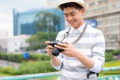 Hombre joven atractivo, estudiante o sonrisas y risas independientes del fot?grafo en c?mara fotos de archivo libres de regalías