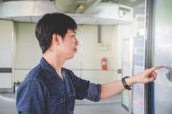 Hombre joven atractivo que coloca la pantalla digital grande delantera con los datos del mapa básicos, control sensible conmoved fotos de archivo libres de regalías