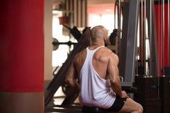 Hombre joven atractivo que descansa en el ejercicio de Afther del gimnasio Foto de archivo