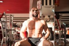 Hombre joven atractivo que descansa en el ejercicio de Afther del gimnasio Imagen de archivo