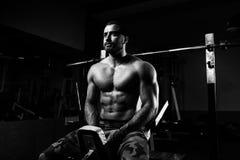 Hombre joven atractivo que descansa en el ejercicio de Afther del gimnasio Fotografía de archivo
