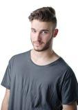 Hombre joven atractivo que mira in camera con la expresión agradable, linda Foto de archivo libre de regalías