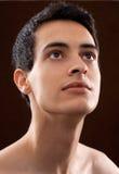 Hombre joven atractivo que mira hacia arriba atento Fotografía de archivo