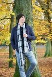 Hombre joven atractivo que se coloca al aire libre en un día del otoño Imágenes de archivo libres de regalías