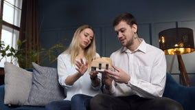 Hombre joven atractivo y mujer que discuten el diseño de casa en la oficina de arquitecto almacen de metraje de vídeo