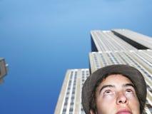 Hombre joven bajo rascacielos Fotos de archivo libres de regalías