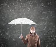 Hombre joven bajo un paraguas Imagenes de archivo