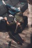 Hombre joven barbudo borracho que duerme en el sofá en sitio sucio Fotografía de archivo