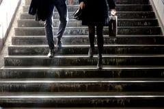 Hombre joven borroso y mujer que van abajo de las escaleras del subterráneo Foto de archivo libre de regalías