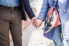 Hombre joven cariñoso y mujer que llevan a cabo las manos Fotografía de archivo libre de regalías