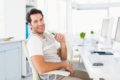 Hombre joven casual con el ordenador en una oficina brillante Imagenes de archivo