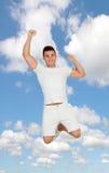 Hombre joven casual con el salto de la ropa de deportes Imagen de archivo