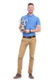 Hombre joven casual con un trofeo fotos de archivo