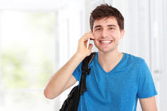 Hombre joven casual que habla en el teléfono Imagen de archivo libre de regalías