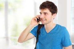 Hombre joven casual que habla en el teléfono Fotografía de archivo
