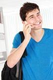 Hombre joven casual que habla en el teléfono Fotografía de archivo libre de regalías