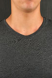 Hombre joven caucásico en camiseta gris con un lunar en su cuello Fotos de archivo