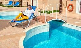 Hombre joven cerca de la piscina Foto de archivo