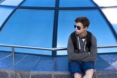 Hombre joven cerca de una bóveda de cristal en una calle de la ciudad Fotografía de archivo libre de regalías