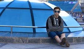 Hombre joven cerca de una bóveda de cristal en una calle de la ciudad Fotos de archivo