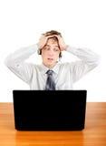 Hombre joven chocado con el ordenador portátil Foto de archivo