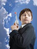 Hombre joven como gángster contra el cielo azul hermoso Fotos de archivo
