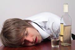 Hombre joven con alcohol Imágenes de archivo libres de regalías