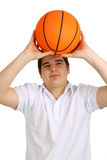 Hombre joven con baloncesto Foto de archivo libre de regalías