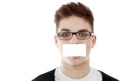 Hombre joven con bussinesscard en blanco Imágenes de archivo libres de regalías