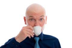 Hombre joven con café express de consumición de la cabeza calva Foto de archivo