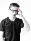 Hombre joven con dolor de cabeza imagenes de archivo