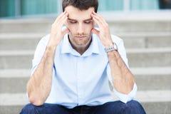 Hombre joven con dolor de cabeza Foto de archivo libre de regalías