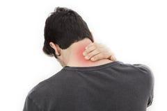 Hombre joven con dolor en cuello imagenes de archivo