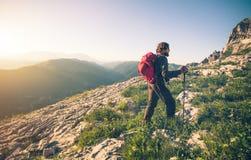 Hombre joven con el alpinismo de la mochila al aire libre fotos de archivo