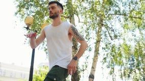 Hombre joven con el baile del estilo libre de los tatuajes en el parque almacen de video
