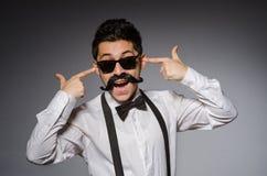 Hombre joven con el bigote falso imagenes de archivo