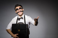 Hombre joven con el bigote falso imagen de archivo