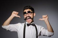 Hombre joven con el bigote falso fotos de archivo