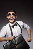 Hombre joven con el bigote falso que sostiene el caso imágenes de archivo libres de regalías