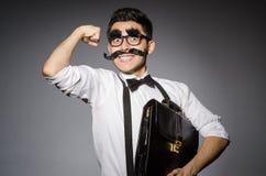Hombre joven con el bigote falso que sostiene el caso fotografía de archivo libre de regalías