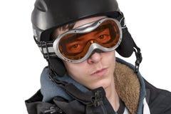 Hombre joven con el casco y las gafas del esquí, aislados en blanco Foto de archivo