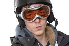 Hombre joven con el casco y las gafas del esquí, en blanco Foto de archivo